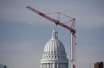 机修工对塔吊各高强度连接螺栓